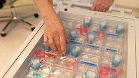 Nahaufnahme: Tablett mit Medikamenten.