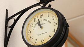 Foto: Eine Uhr hängt an einer Wand.