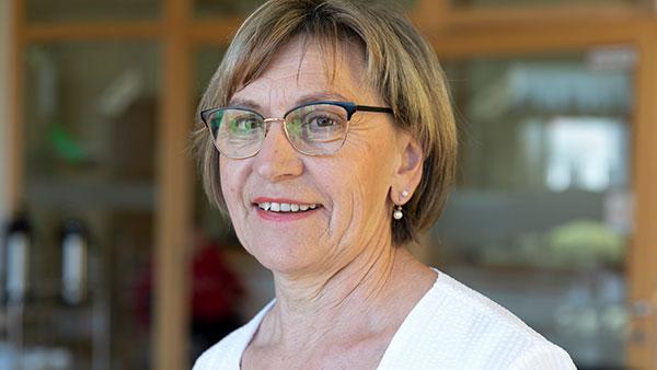 Maria B. ist 66 Jahre alt und als Altenpflegerin tätig. Sie arbeitet vormittags oder nachmittags in der allgemeinen Pflege des Alten- und Pflegeheims St. Klara in Altötting. (Foto: Thomas Dashuber/VdPB)