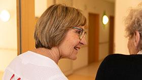 Porträt: Maria B. im Gespräch mit einer Bewohnerin
