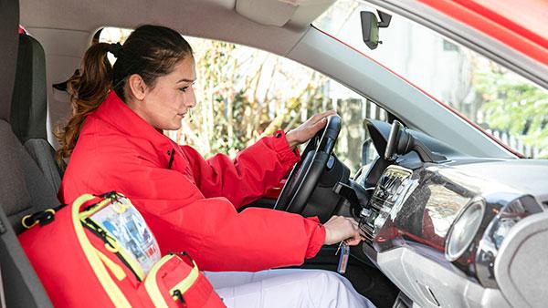 Übersichtsfoto: Nino A. im Dienstwagen, neben sich ein roter Rucksack.