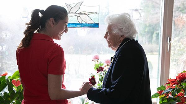 Die Nähe zu ihren Patientinnen und Patienten ist für die 32-jährige Altenpflegerin das Wichtigste. In der Regel besucht sie bei ihren Einsätzen immer dieselben Menschen, so können Vertrauen und Verbundenheit wachsen. (Foto: Thomas Dashuber/VdPB)
